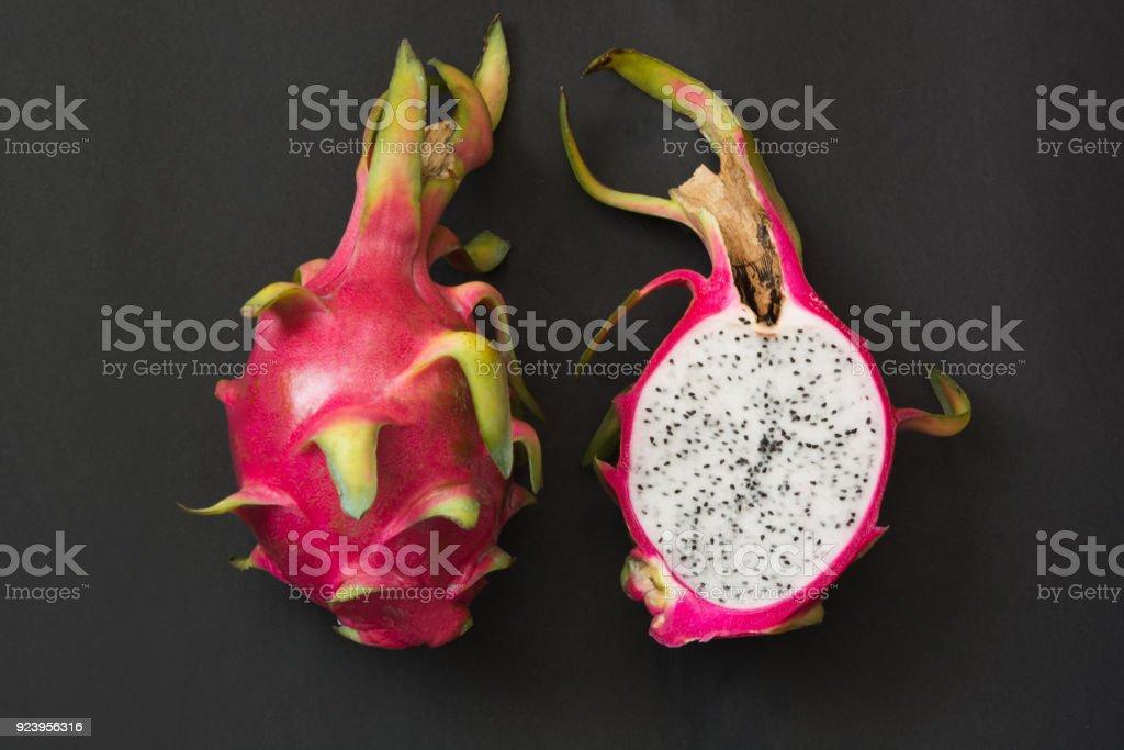 Istock Aislados Tropical Pitaya Fruta Del Dragon Negro De Cerca Vista