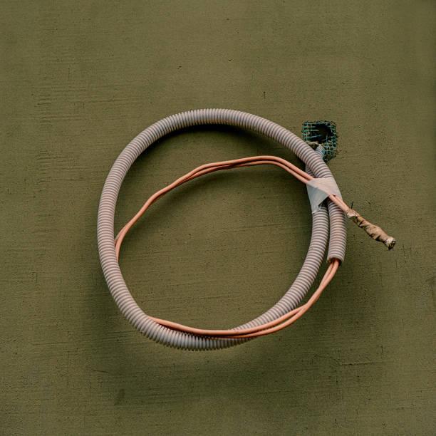 isolierung wellung rohr für elektrische verdrahtung vor dem hintergrund der wand. - kabelkanal weiß stock-fotos und bilder