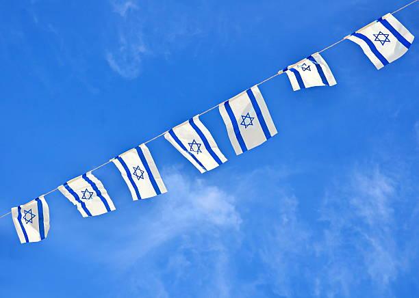 israel-flagge der kette am unabhängigkeitstag - horizontal gestreiften vorhängen stock-fotos und bilder