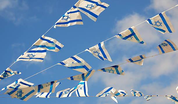 israel-flagge auf der independence - horizontal gestreiften vorhängen stock-fotos und bilder