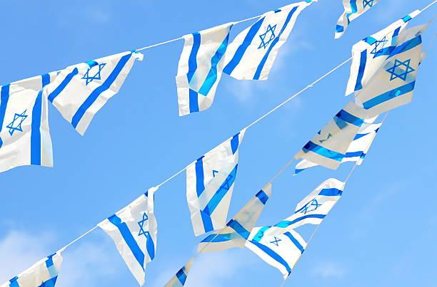israel-flagge für unabhängigkeitstag - horizontal gestreiften vorhängen stock-fotos und bilder