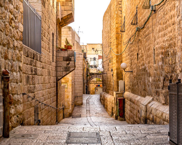 israel - jerusalem old city alley - иерусалим стоковые фото и изображения