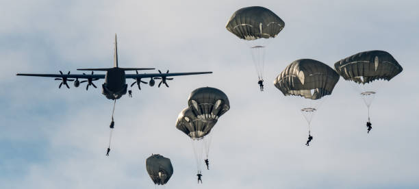 以色列軍隊傘兵在一天訓練跳躍-以色列圖像檔