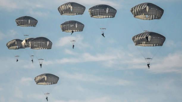 以色列軍隊傘兵在一天的訓練跳傘以色列圖像檔