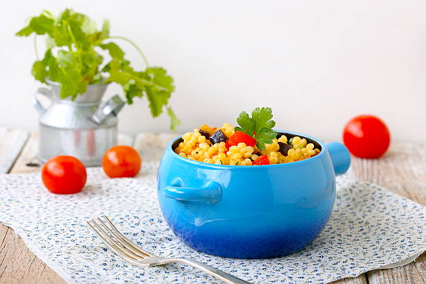 israelische couscous (ptitim) - griechischer couscous salat stock-fotos und bilder