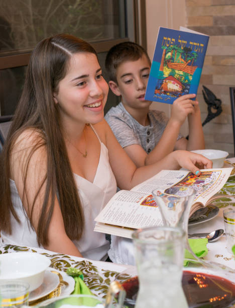 セーデル ・ ディナーでイスラエルの家族 - 過ぎ越しの祭り ストックフォトと画像