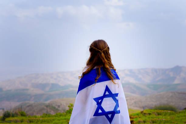 israeli jewish little girl with israel flag back view. - israel imagens e fotografias de stock