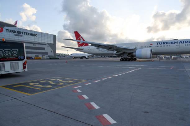 istanbul airport ist mit flugzeug - wiedenmeier istanbul stock-fotos und bilder