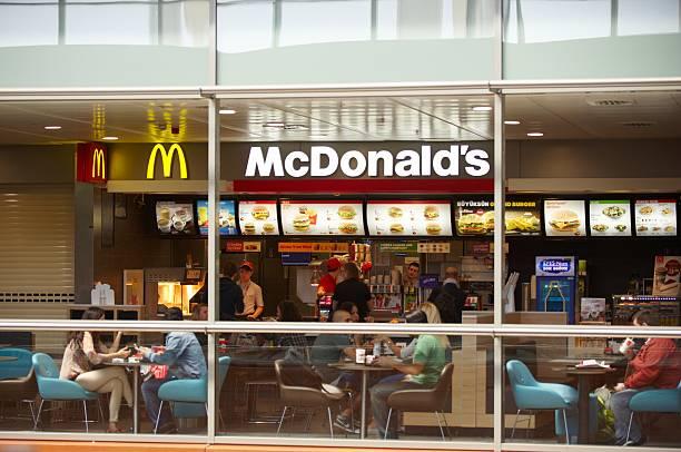 аэропорт istanbul - mcdonalds стоковые фото и изображения