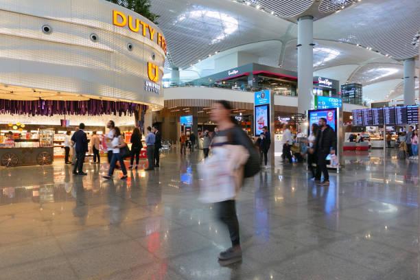 istanbul airport terminal - cigarettes in duty free foto e immagini stock