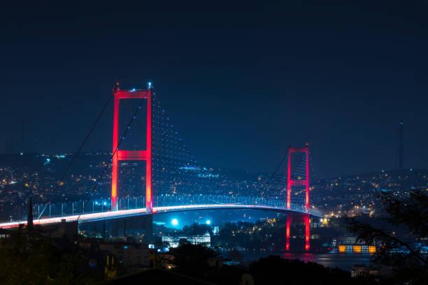 Istanbul Boğaziçi Köprüsü geceleri. 15 Temmuz şehit Köprüsü (15 Temmuz Sehitler Koprusu). Istanbul / Türkiye. stok fotoğrafı