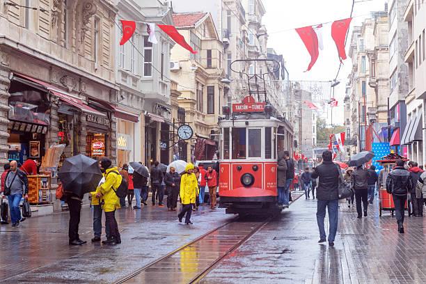 istanbul istiklal street turkey - i̇stiklal caddesi stockfoto's en -beelden