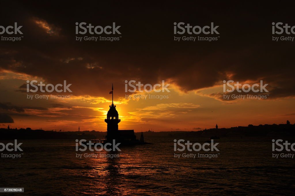 Istanbul Maiden Tower from the east in sunset. In the distance are such landmarks as Blue Mosque, Hagia Sophia and Topkapi Palace foto de stock royalty-free