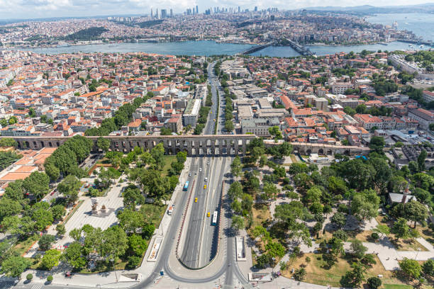 istanbul view vanuit helikopter (luchtfoto). bozdoğan aquaduct - valens aquaduct / fatih istanbul, turkije. - eminonu district stockfoto's en -beelden
