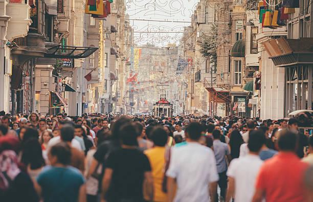 толпы на улице истиклал в стамбуле истикляль - стамбул стоковые фото и изображения