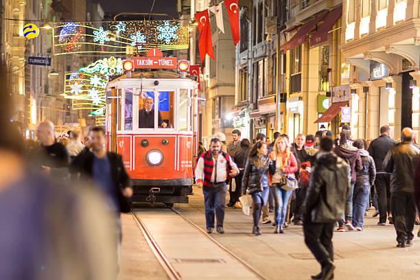 istiklal street in istanbul - i̇stiklal caddesi stockfoto's en -beelden