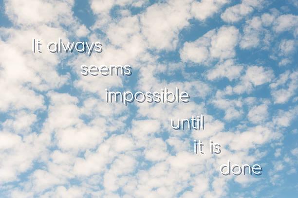 es scheint immer möglich, bis er abgeschlossen ist. blaue bewölkten himmel. - intelligente zitate stock-fotos und bilder
