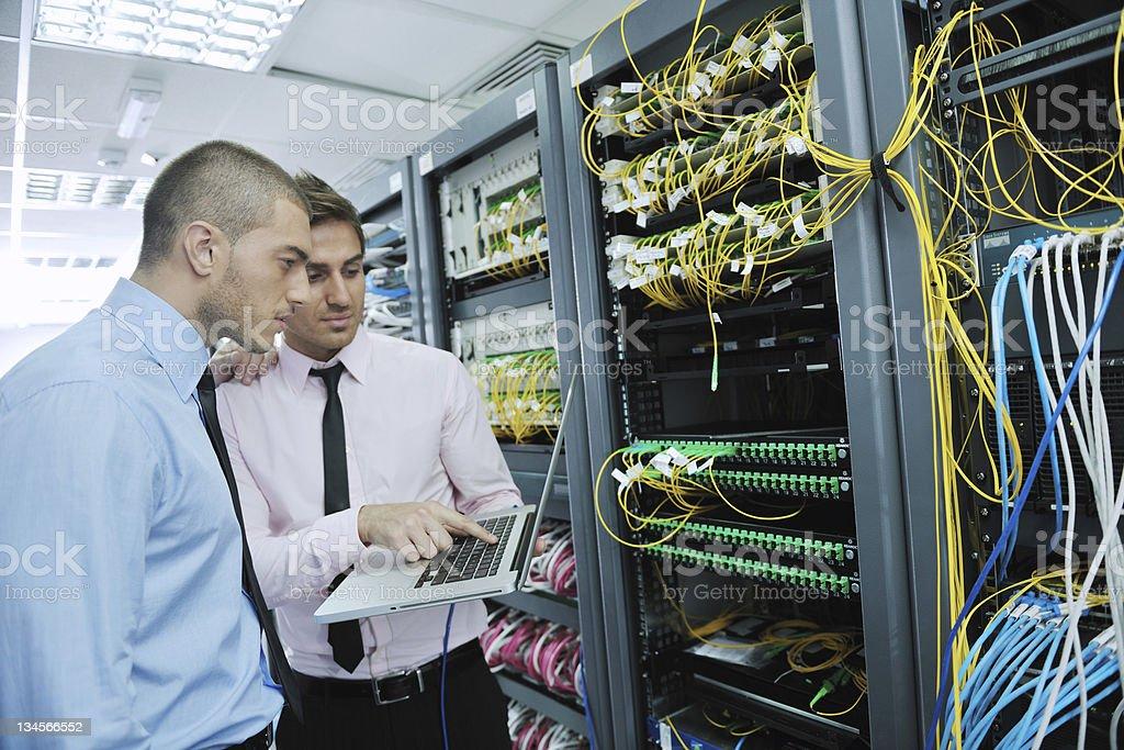 Es Ingenieure in Netzwerk-server-Raum – Foto
