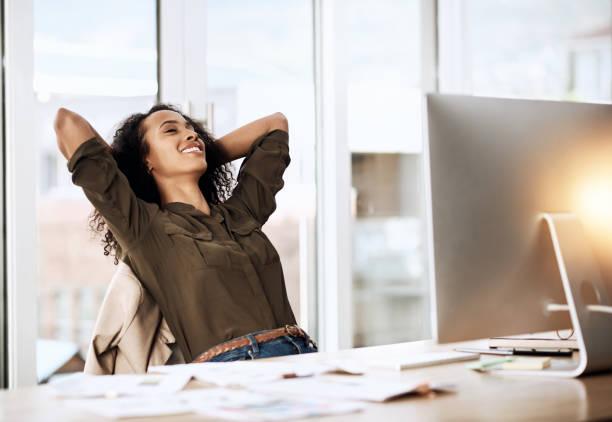 it feels good to accomplish your goals - mani dietro la testa foto e immagini stock