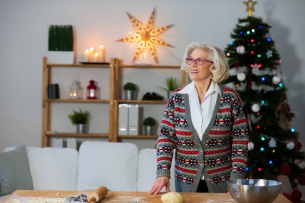 es ist zeit für die familie - alte weihnachtsbäume stock-fotos und bilder
