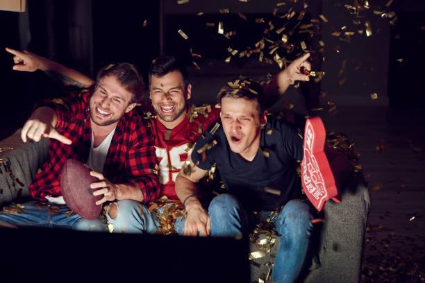 het was een belangrijke overwinning - football friends tv night stockfoto's en -beelden