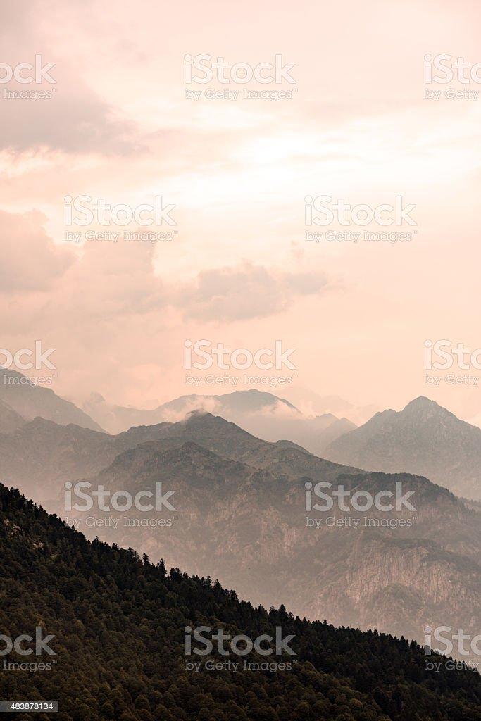 Montañas misty paisaje de los Alpes italiano - foto de stock