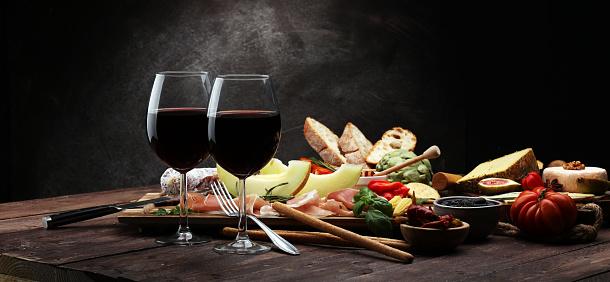 İtalyan Antipasti Şarap Aperatifler Küme Çeşitli Akdeniz Zeytin Turşu Prosciutto Di Parma Ile Kavun Peynir Salam Stok Fotoğraflar & Akşam yemeği'nin Daha Fazla Resimleri