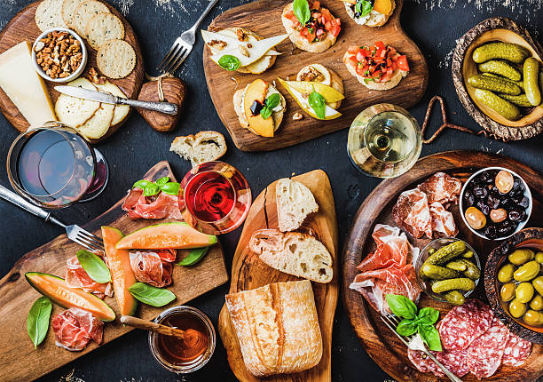 italian antipasti wine snacks set over black grunge background - comida italiana - fotografias e filmes do acervo