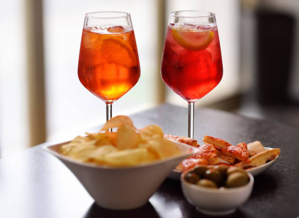 이탈리아 aperitives/식전주: 칵테일 한 잔 (아돌이 있는 스파클링 와인)과 테이블에 담긴 전채 요리 - 식전 반주 뉴스 사진 이미지