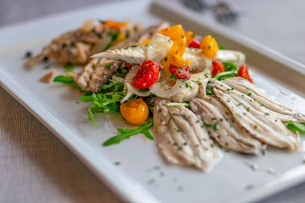 aperitivo italiano de sabrosas sardinas marinadas, estilo mediterráneo. - anchoa fotografías e imágenes de stock