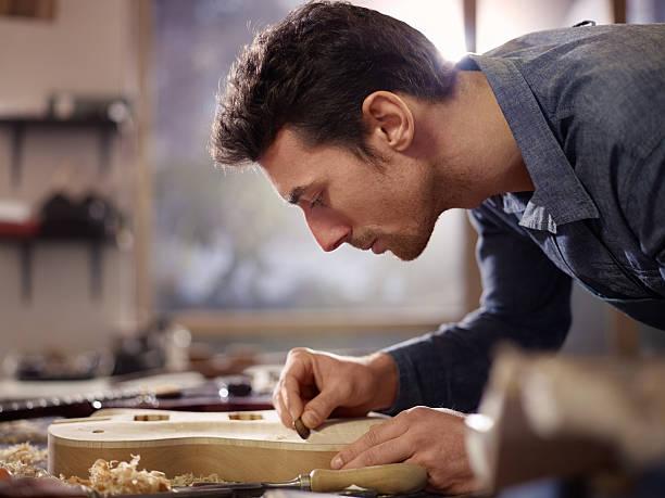 italienische hausgemachte arbeiten in lutemaker workshop - produktdesigner stock-fotos und bilder