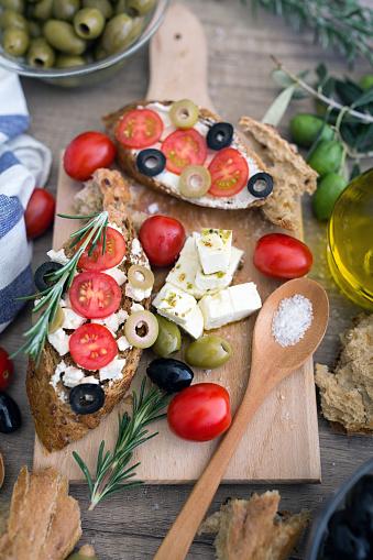 토마토 모 짜 렐 라 치즈 올리브 신선한 야채와 함께 이탈리아 브루 쉐 타 0명에 대한 스톡 사진 및 기타 이미지