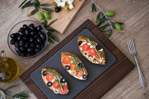 토마토 모 짜 렐 라 치즈 올리브와 접시에 신선한 야채와 함께 이탈리아 브루 쉐 타 0명에 대한 스톡 사진 및 기타 이미지