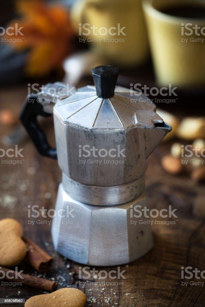 Cafetera italiana con las tazas y las cookies - foto de stock