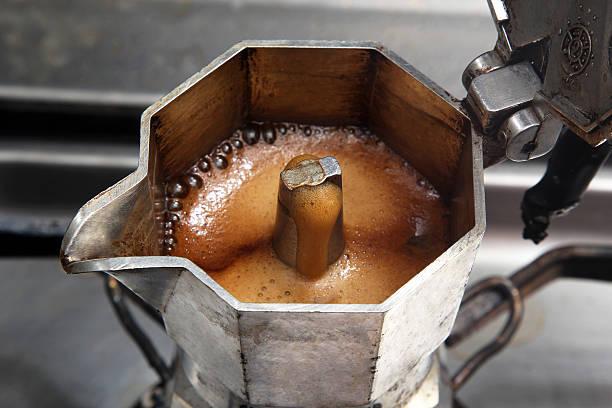 italiano coffeepot - argento metallo caffettiera foto e immagini stock