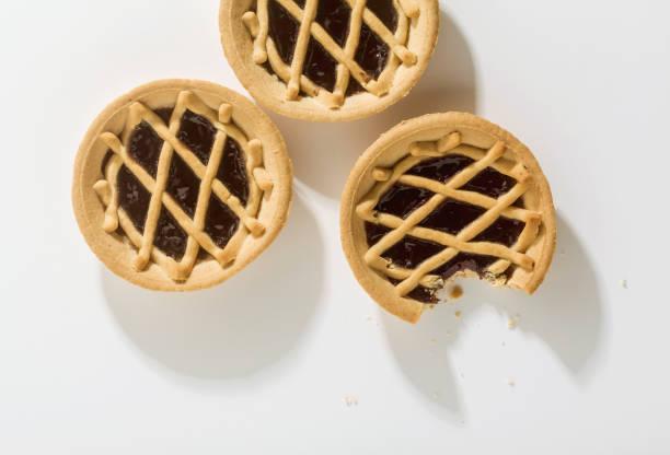 italienische crostata auf weißem hintergrund - crostata stock-fotos und bilder