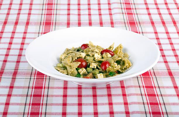 italienische küche - nudelsalat zum grillen stock-fotos und bilder