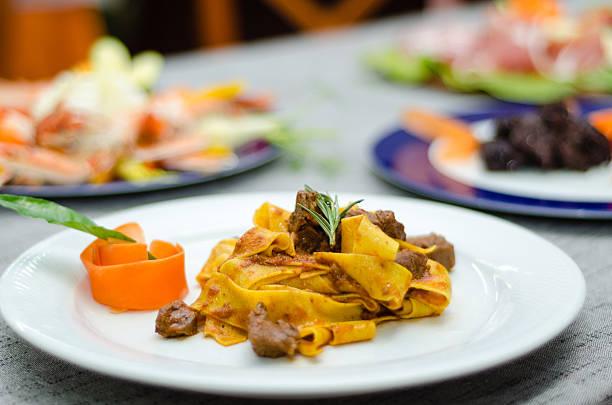 이탈리아 요리: 타그리아텔리, 야생 멧돼지 소스 - 누벨퀴진 뉴스 사진 이미지