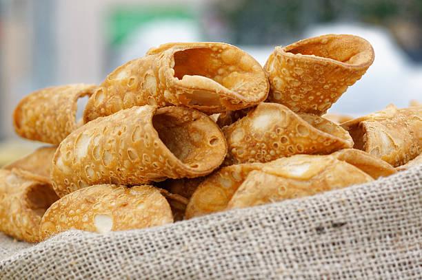 italienische küche backen sweet dessert wie sizilianische cannoli - cannoli stock-fotos und bilder