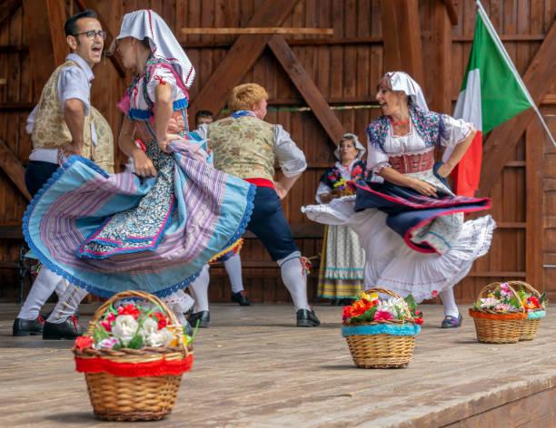 italian dancers in traditional costume - sud europeo foto e immagini stock