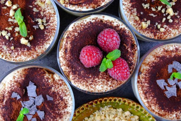 italienisches dessert tiramisu - verschiedene künste. - himbeer mascarpone dessert stock-fotos und bilder
