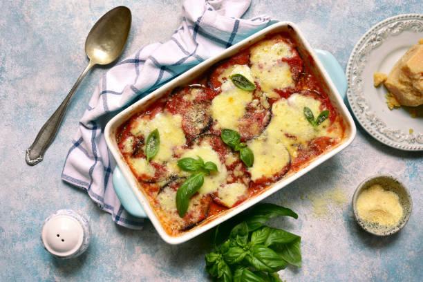 italian eggplant dish melanzane alla parmigiana - caçarola imagens e fotografias de stock