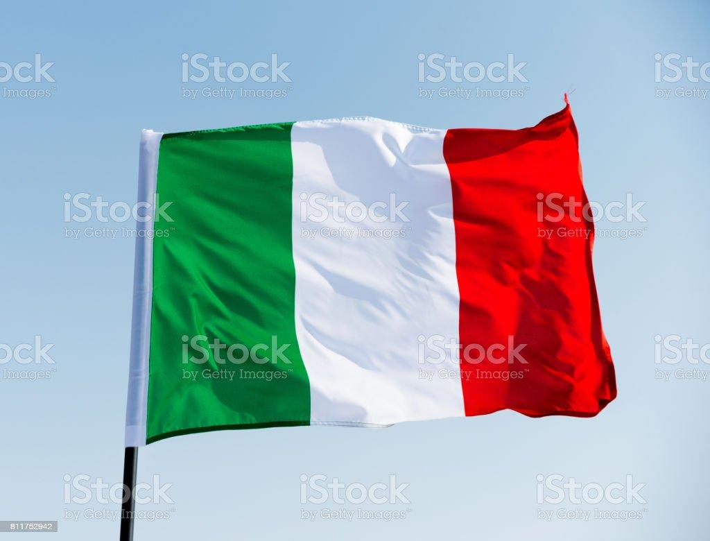 Italia bandera ondeando en el cielo - foto de stock