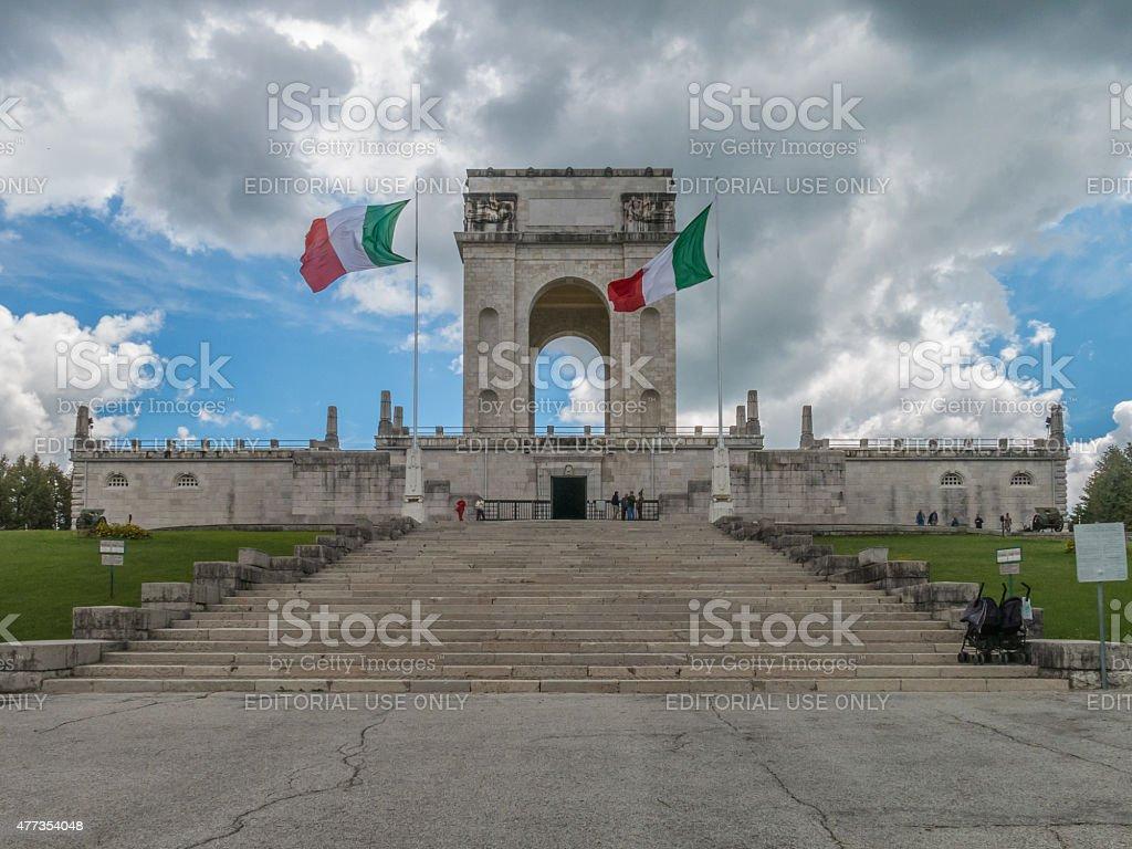 Italiano bandiere volare fuori dal War Memorial a Asiago, Italia - foto stock