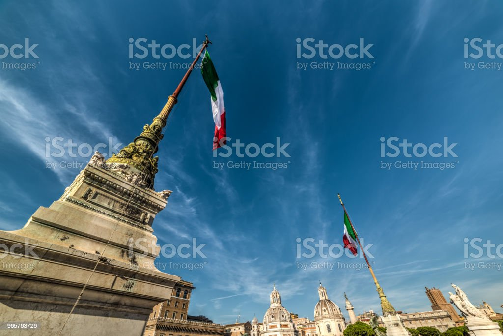 Italian flags in Altar of the Fatherland with Venice square on the background - Royalty-free Acima Foto de stock