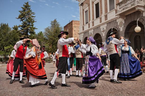 italienische volkstänzer aus friaul-julisch venetien führen traditionellen tanz auf - friaul julisch venetien stock-fotos und bilder