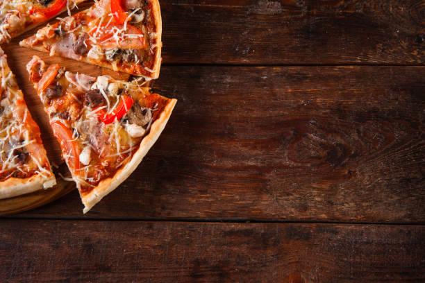 italienisches essen hintergrund. appetitlich pizzastücke. - italienische speisekarte stock-fotos und bilder