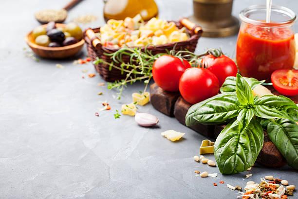 fundo de ingredientes de comida italiana na mesa de pedra espaço de cópia - sauce tomatoes imagens e fotografias de stock