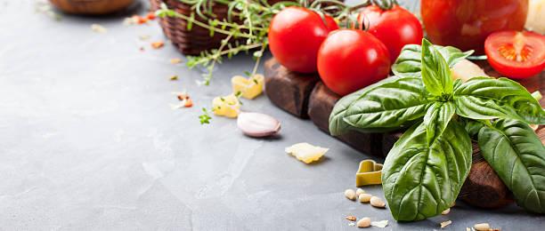 italienisches essen zutaten auf stein hintergrund tisch platz für text - italienische speisekarte stock-fotos und bilder