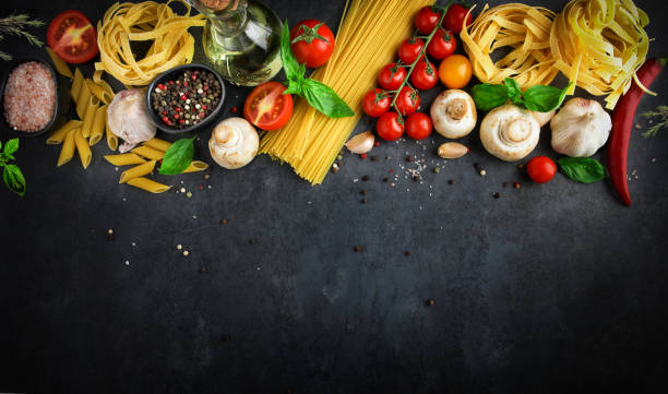 fundo de comida italiana com ingredientes de massa em fundo escuro, vista superior, conceito de culinária, restaurante - comida italiana - fotografias e filmes do acervo